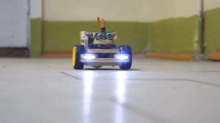 miniatuur : Homemade model cars rides on the floor. Designs the model of the machine or car. Modeling Stockvideo