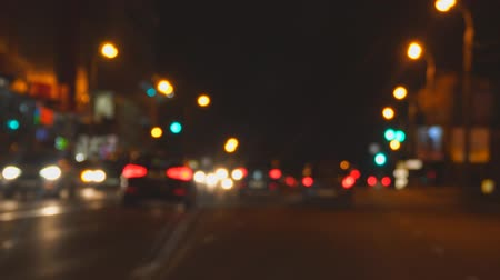 zaparkoval : Blurry view of night streets and lights at night. Defocused image of night traffic in the city