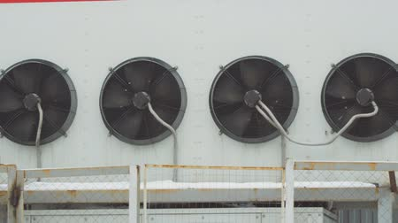 chladič : Industrial air conditioning system. Large fans on the wall of the building. Camera panning
