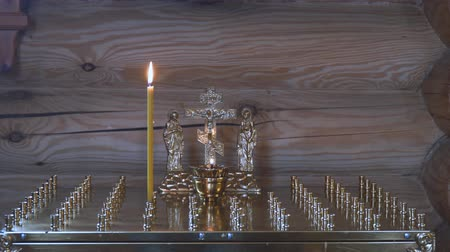 ortodoxia : The altar with a candle for the repose in the Orthodox Church. Candle for the rest of the soul