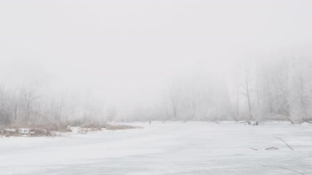 особенности : Winter river in the fog. Fishermen on the ice fishing. The trees are beautiful hoarfrost. Camera panning