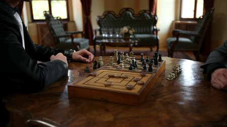význam : HD1080p: Close up of moving chess figures by two business men