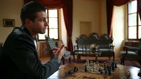 význam : HD1080p: Two business men playing chess and having a wild discussion
