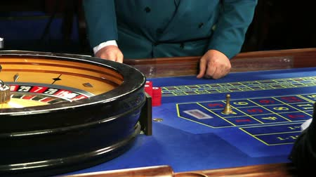 tekerlekler : Playing roulette in Casino Bled Stok Video