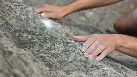 мышцы : HD1080p: Close up of hands of a man rock climbing in nature Стоковые видеозаписи