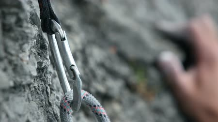 опасность : HD1080p: Close up of a hand rock climbing in nature Стоковые видеозаписи