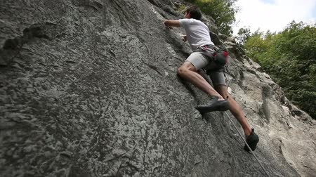 wspinaczka : HD1080p: Man rock climbing in nature shot from below