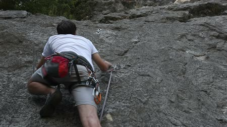wspinaczka : HD1080p: Man rock climbing in beautiful nature