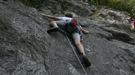 wspinaczka : HD1080p: Young man rock climbing in nature