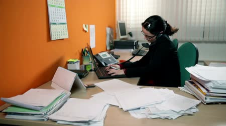 рабочих мест : Business woman having a lot of work in office, making phone call