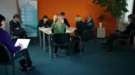 рабочих мест : Wide shot of young business group at meeting