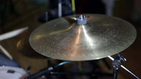 барабаны : close up shot of musican playing drums
