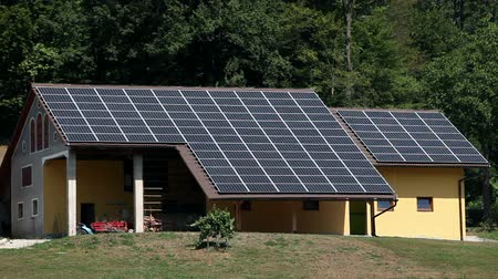 панель : Close up of solar panel houses on a farm