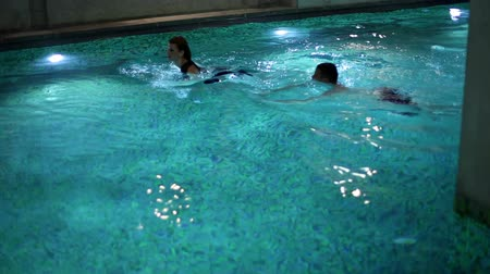 джакузи : young and sexy couple swimming, enjoying and relaxing in the spa centre