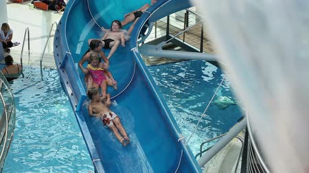 basen : Whole group of kids stuck on waterslide