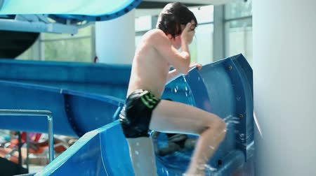 inflável : Close up of waterslide with kids crashing in each other