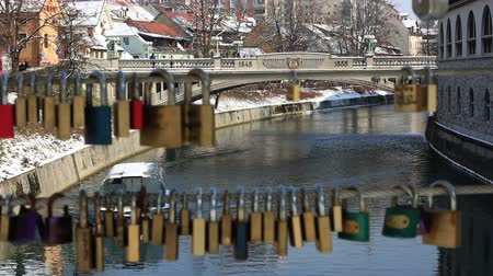cadarço : Panoramic shot of a boat on Ljubljanica river made through a line of locks,  focus on the boat Stock Footage