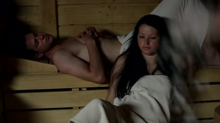 терапия : HD1080p: Young couple relaxing and talking in sauna Стоковые видеозаписи