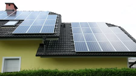 панель : Solar panels on a roof of a beautiful house Стоковые видеозаписи