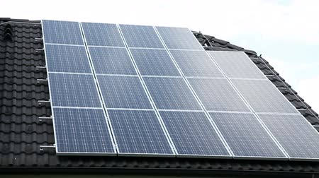casas : Solar panels on a roof