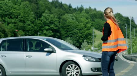sorunlar : Woman in help being happy someone stopping the car Stok Video