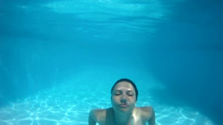 yüzme havuzu : Swimming in the pool. Stok Video