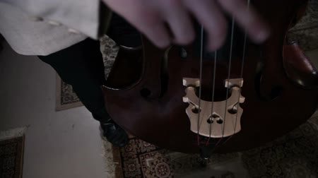 cselló : Up and down close pan shot of cello players