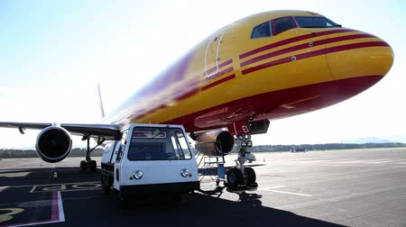 piloto : Still shot of an airplane and vehicle preparing