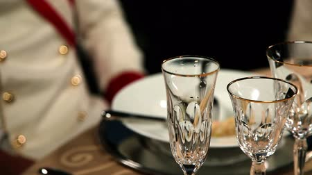 буфет : Shot of pouring a champagne into a fine glass