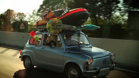 viagem por estrada : HD1080p: Loaded family car on the road