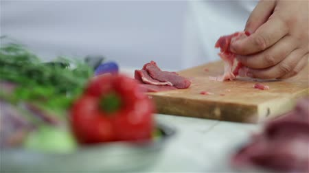 vágás : Making very small cuts of red meat