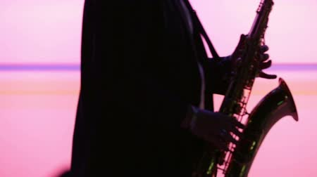 saxofone : Man playing sax while making smooth dance moves