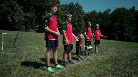 sport dzieci : Kids standing in line dressed in athlethic clothes