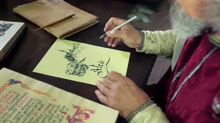 peruca : An old medieval scholar subscribing himself in calligraphic writing Vídeos