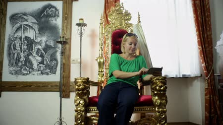 realeza : Girl sitting on a golden throne from 19th elite society Vídeos