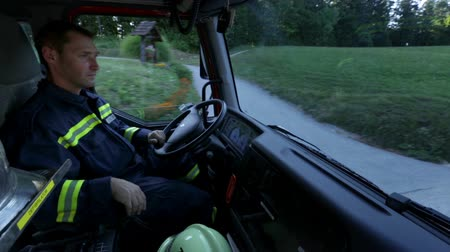 acil durum : Fireman in a cabin driving a truck Stok Video