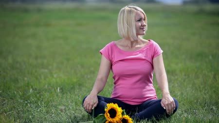 okşayarak : Smiling young female sitting in lotus position in the nature