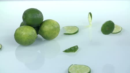 calcário : Pile of limes with falling slices of the same citrus Stock Footage