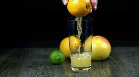 saft : Saft Puring in Glas aus Orange in Zeitlupe
