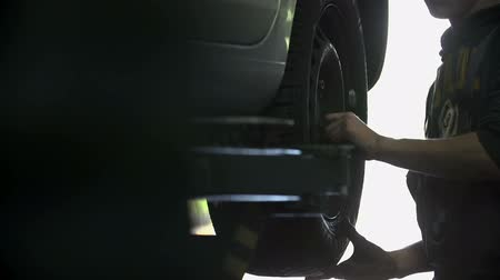 pneus : Auto mechanic fixing the car tires