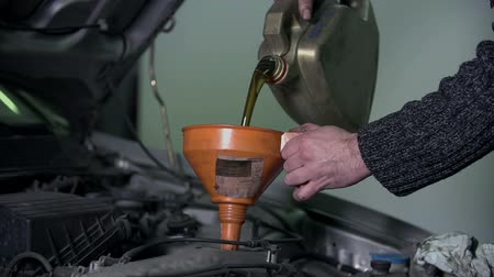 karbantartás : Pouring oil into the engine through the funnel