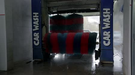 lavagem : Carwash brushes in the process of washing a car