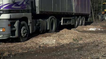 briquettes : Truck dives back and forth