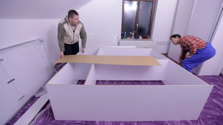 мебель : Males putting together the wardrobe