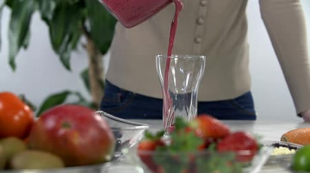 vápenné mléko : Pouring berry smoothie into the glass