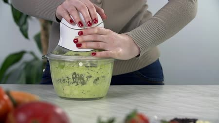 turmix : Making green smoothie in slow motion