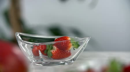 vápenné mléko : Strawberries bounce around the glass cup