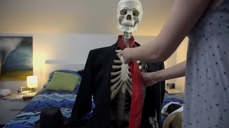 krawat : Making the skeleton to look good. Dressing up the skeleton in nice business clothes, a tie and a hat in slow motion. Wideo