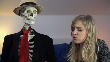 argumento : Woman tells the skeleton that she can not this way anymore Vídeos