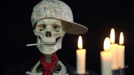 гангстер : Frontal shot of a smoking skeleton mafia boos